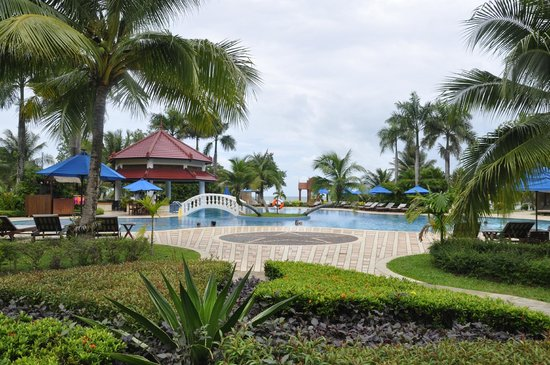 Sokha Beach Resort: Large pool with swim up bar