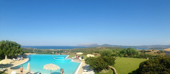 Hotel Luna Lughente : The pool and surrounding view