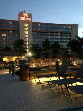 Hilton Palm Beach Airport: Tiki Patio
