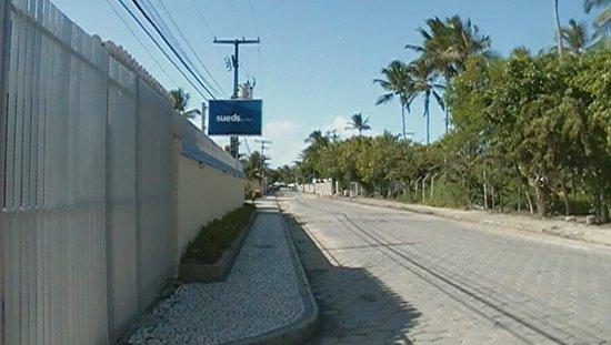 Atlantida Park Hotel: Rua do hotel, no final é a praia