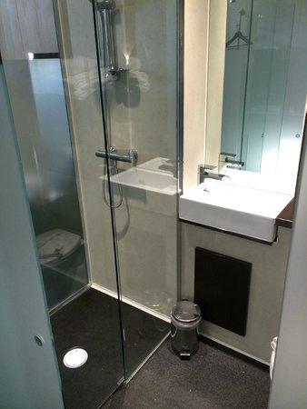 Z Hotel Liverpool: Il bagno e la doccia (nessun problema di allagamento)