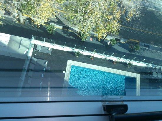 Diplomatic Hotel: Vista de la pileta desde la habitación