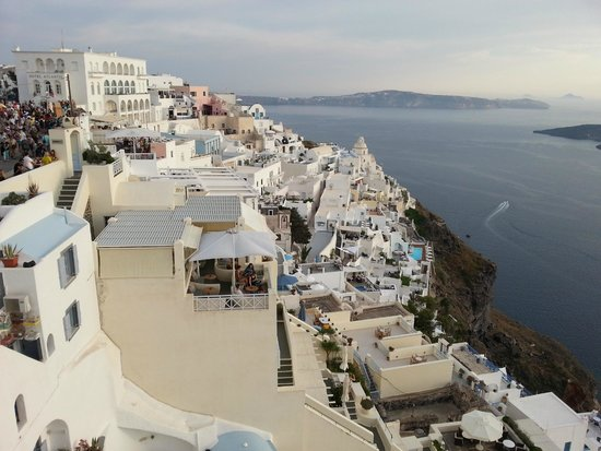 Ampelos Greek Restaurant & Wine Bar: Amazing Location on the heart of Fira