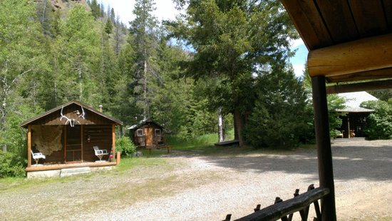 Absaroka Mountain Lodge: porch view