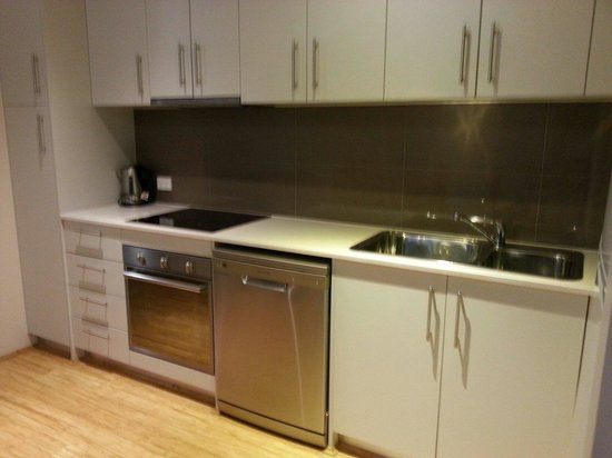 Airport Apartments: well equipped kitchen