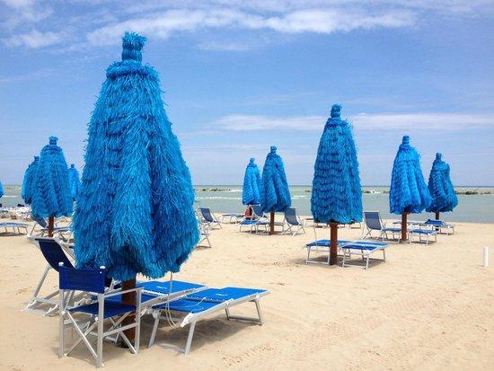 Lungomare di Montesilvano: В 24 градуса пляжи пустеют. Им, видите ли, холодно. Обожаю итальянцев!