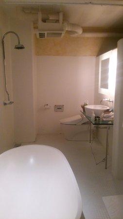 Hotel The Grandee: 浴室からトイレ