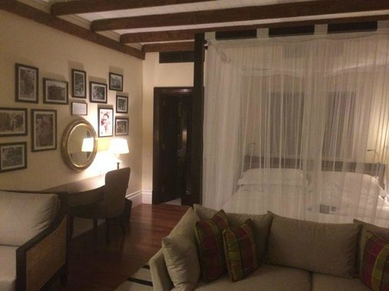 Hemingways Nairobi: of course the four poster bed with mosquito netting