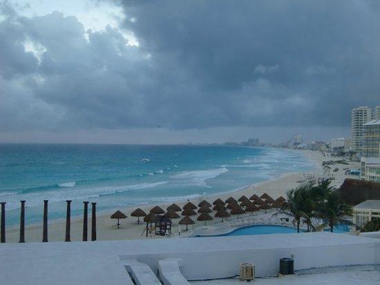 Krystal Cancun: ホテルのビーチ(エレベーターホールから撮影)