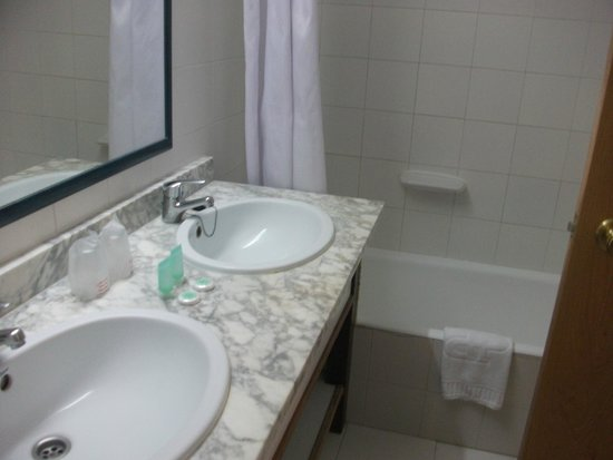 Hoposa Hotel & Apartments Villaconcha: Twin sinks in bathroom