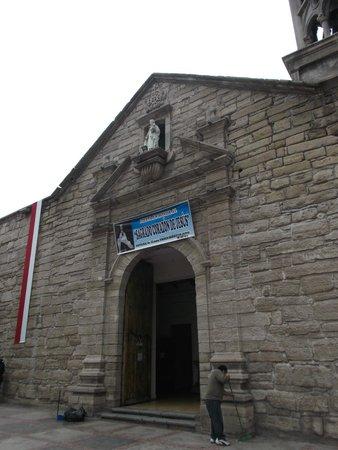 La Serena, Chile, Iglesia Santo Domingo. Frontispicio, puertas de acceso e imagen de la virgen.