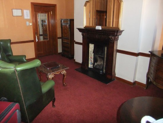 Russell Court Hotel: sitting room with tv