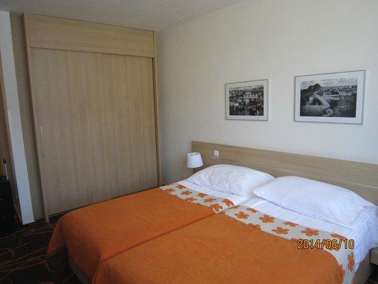 Iris Hotel Eden: bed and closet