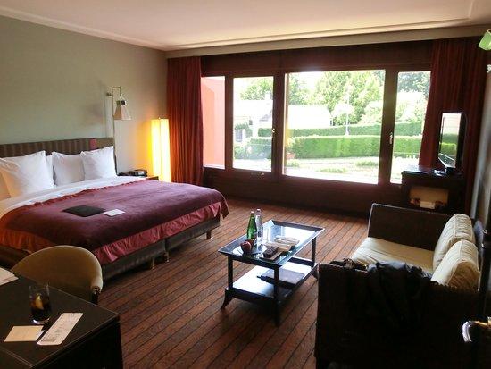 La Reserve Geneve Hotel & Spa: Quarto com vista para a quadra de tênis