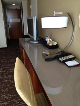 San Francisco Marriott Marquis: Desk and View to Foyer Room 2851