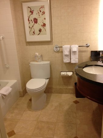San Francisco Marriott Marquis: Bathroom 2851