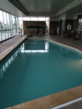 DoubleTree by Hilton West Fargo: Pool and jacuzzi