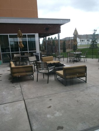 DoubleTree by Hilton West Fargo: Outdoor patio