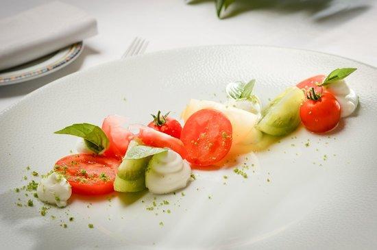 Auberge de La Sélune : Déclinaison de tomates, mozarella di Buffala, vinaigrette d'un gaspacho