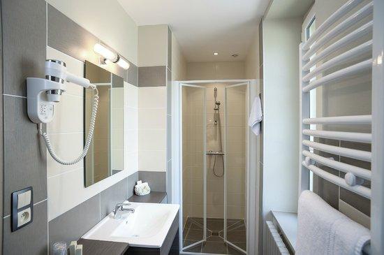 Auberge de La Sélune : Salle de bains chambre supérieure