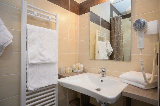 Auberge de La Sélune : Salle de bains chambre supérieure PMR