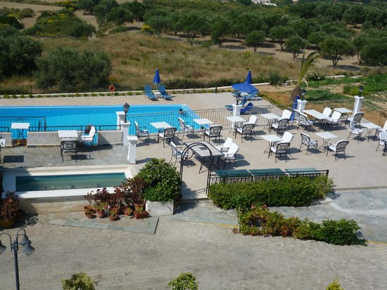 Trapezaki Bay Hotel : Dining terrace overlooking the pool
