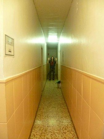 Hostal Buelta : Des couloirs dignes d'un asile psychiatrique.