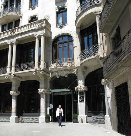 Hotel Casa Fuster: Facade of hotel on end of Passeig de Gracia - Gorgeous!