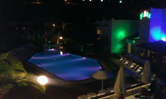 Club Hotel Flora: pool at night