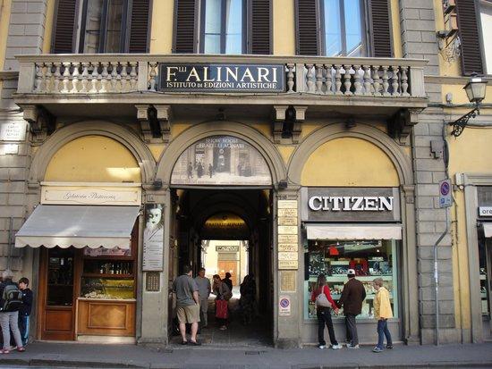 Bellavista: Porta de entrada para o prédio do hotel