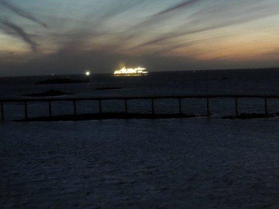 Grand Hôtel de la Mer Roscoff : arrivee du Ferry au lever du jour depuis la chambre
