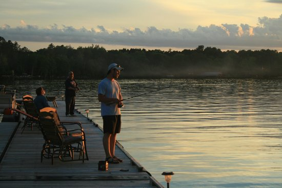 Cabin O' Pines Resort: Fishing from the Pier