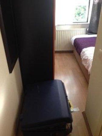 Aalborg Hotel Amsterdam: La chambre est si petite que je n'ai meme pas reussi a prendre la photo. sur la droit une salle