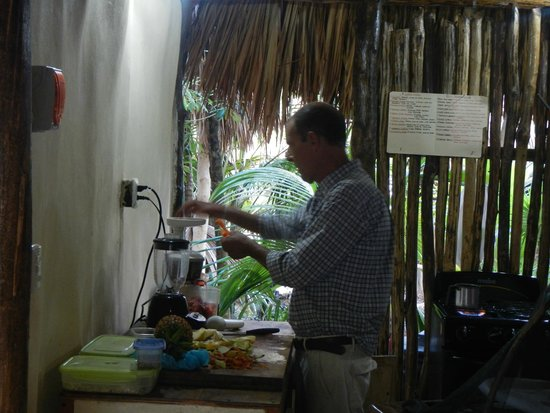 Il Barino Tulum Juice & Co: owner making juice