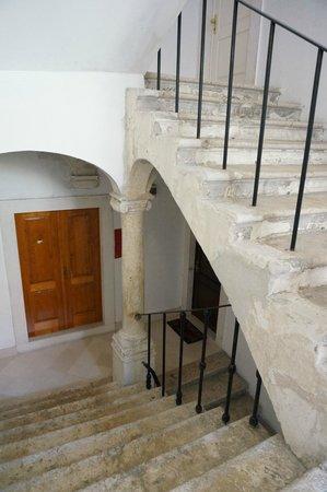 Apartments Exclusive: 1階のお店を抜けて階段でアパートの入口まであがります