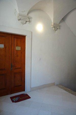 Apartments Exclusive: このアパートの入り口から各部屋まで狭い階段を上がります