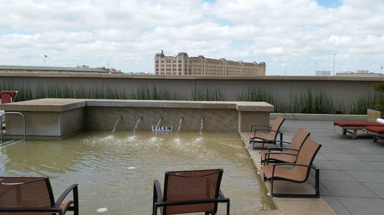 Omni Fort Worth Hotel: Splash pool area--great for sitting and relaxing