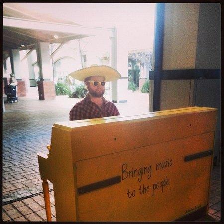 E-Street. Cafe. Bar. Restaurant : The Piano man....