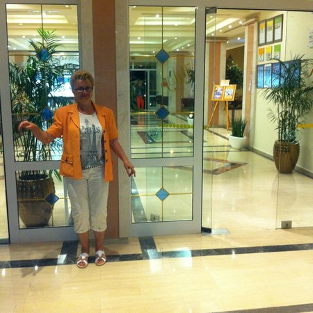 Przed wejściem do hotelu Kalithea Mare Palace