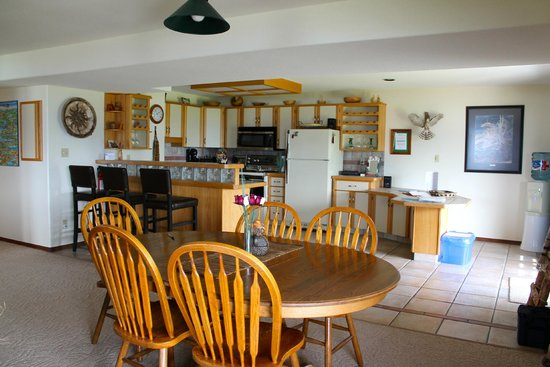 Sutherland Blueberry Bed & Breakfast: Kitchen dining area