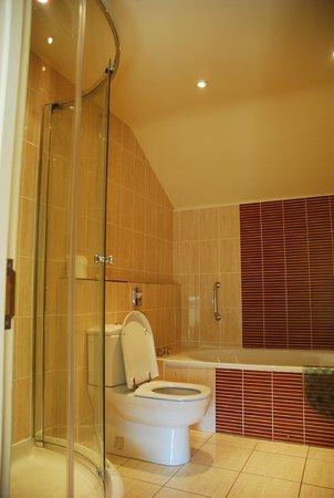The Eastbury Hotel: Bathroom to Delphinium Room