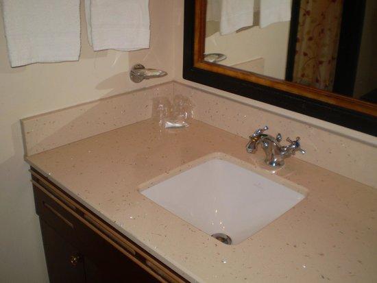Disney's Sequoia Lodge : Bathroom.