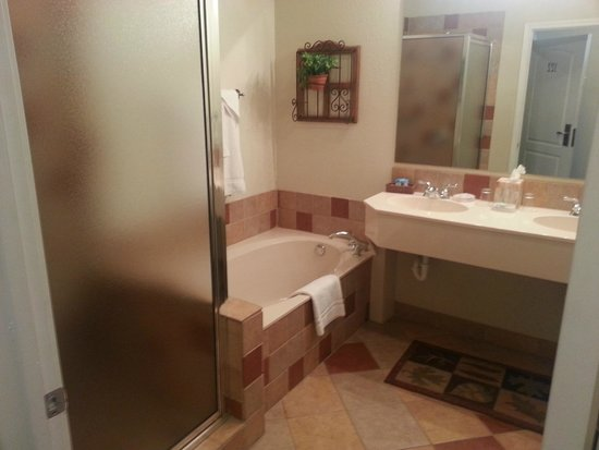 The Cliffs Resort: Bathroom area