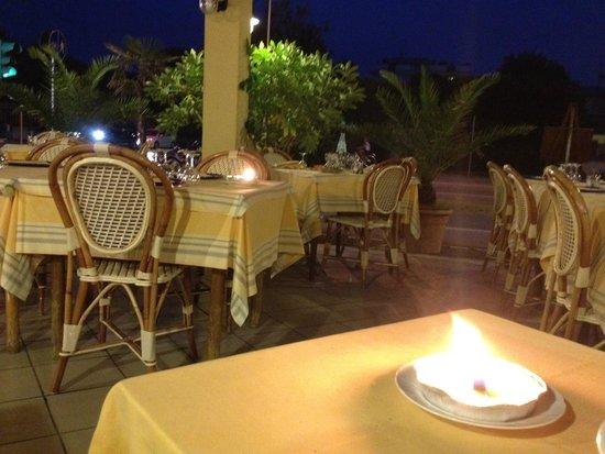 Tavolini esterni foto di ristorante moderno forte dei for Tavolini esterni