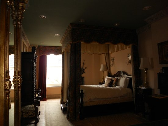 Le Pavillon Hotel: four poster bed