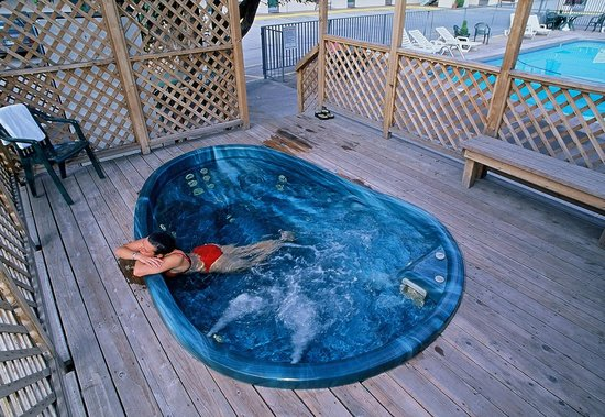 Caravan Inn: Outdoor Hot Tub, Year Round