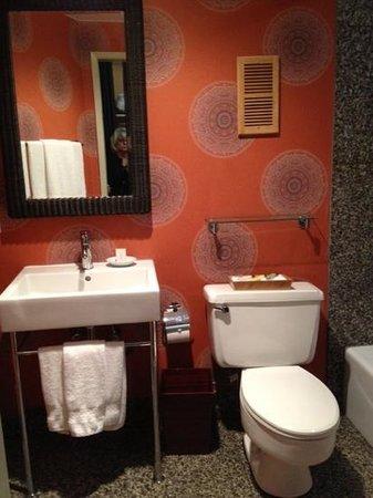 Hotel Maya - a DoubleTree by Hilton Hotel: Bathroom