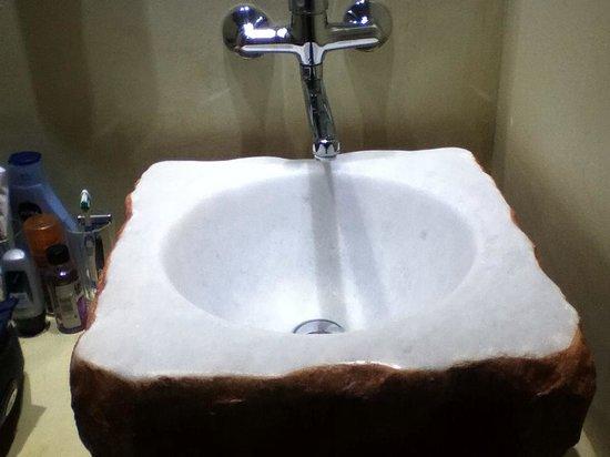 Amphitryon Boutique Hotel: Flinestone Bathroom basin