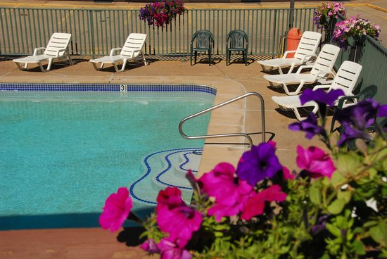 Caravan Inn: Outdoor Pool, Seasonal
