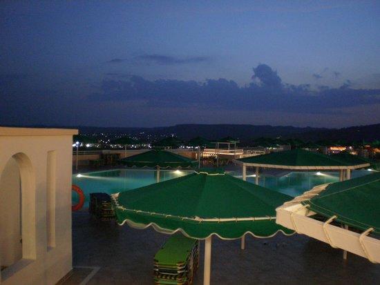Mitsis Family Village Beach Hotel: notturno dal ristorante